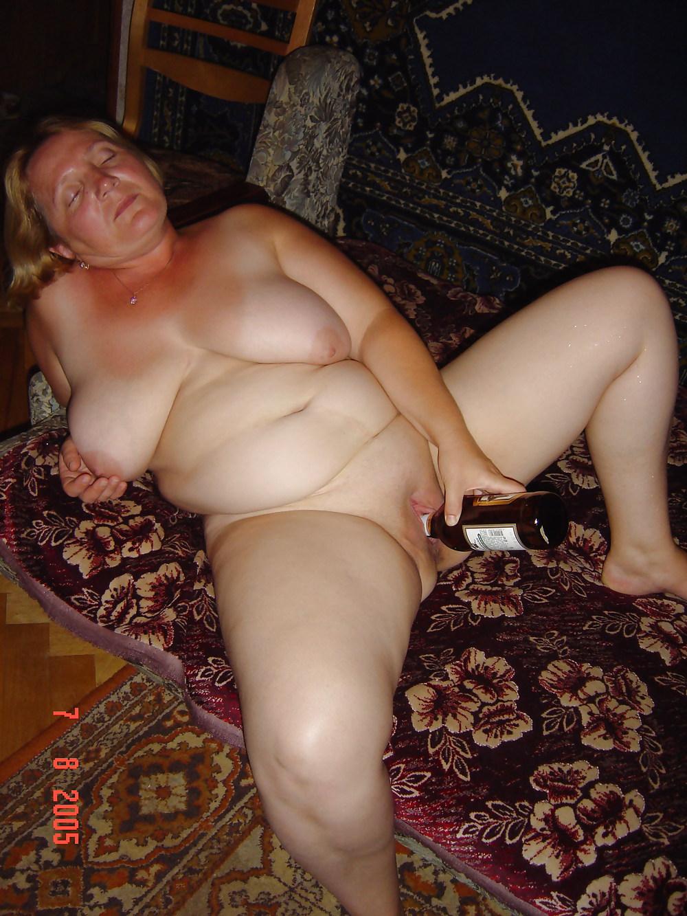 Фото красивая засунула бутылку в пизду фото 476-748